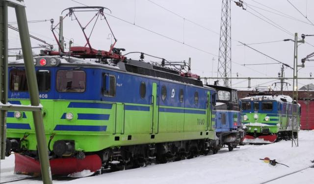 TGOJ Ma 408 och TGOJ Ma 403 utanför sin hemvist i Eskilstuna. Snart är båda loken museiföremål.