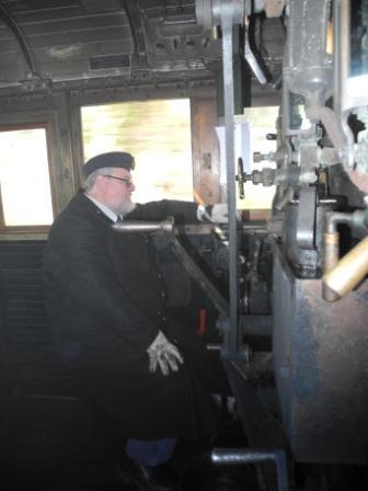 Lokförare Thomas på en pall han suttit på i 30 år - han vet hur en E2:a ska hanteras!