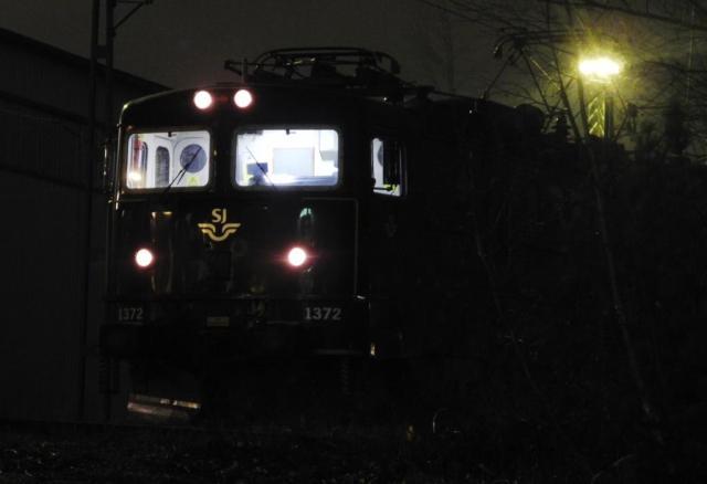 Rc6 1371 i ena änden av ett sms-tåg, Rc6 1372 i den andra, båda upplysta