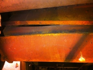 Framsidan på asklådan täcks av en damp (överst), som här glipar markant, och en skopa (nederst), som här inte gick att sänka ned