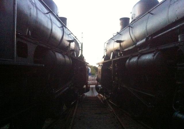 B 1037 och B3 130 stirrar ut på vändskivan vid lokstallet