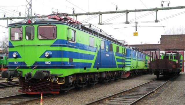 Ma 962 väntar på reparation och till höger en O-vagn lastad med ny motor till Ma 965